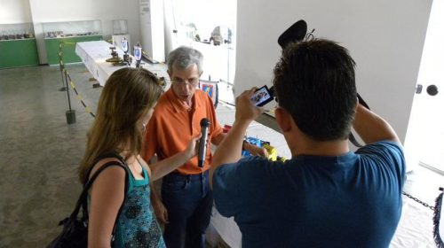 Nosso amigo Roni em seu momento celebridade dando entrevista pra TV local...